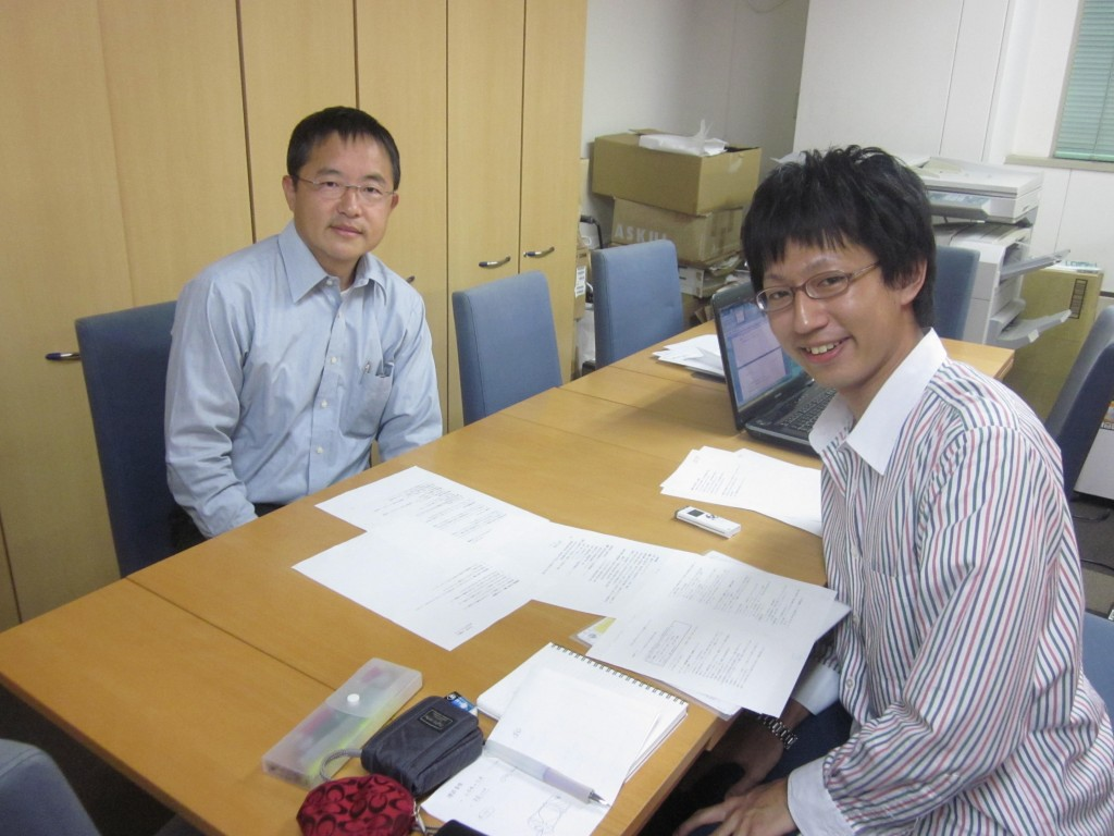 左:今回お話を伺った藤村教授、右:GLMiインターン伊藤